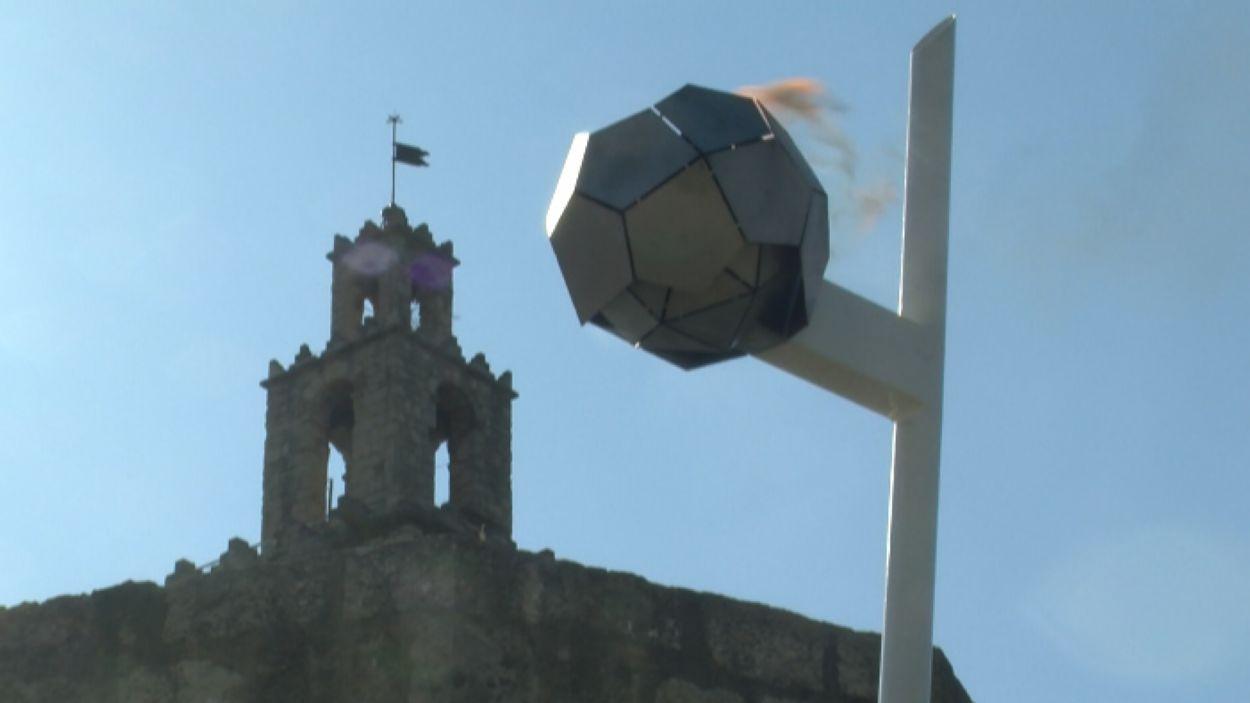 La flama del Canigó ha arribat enguany a la plaça U d'Octubre / Foto Cugat Mèdia