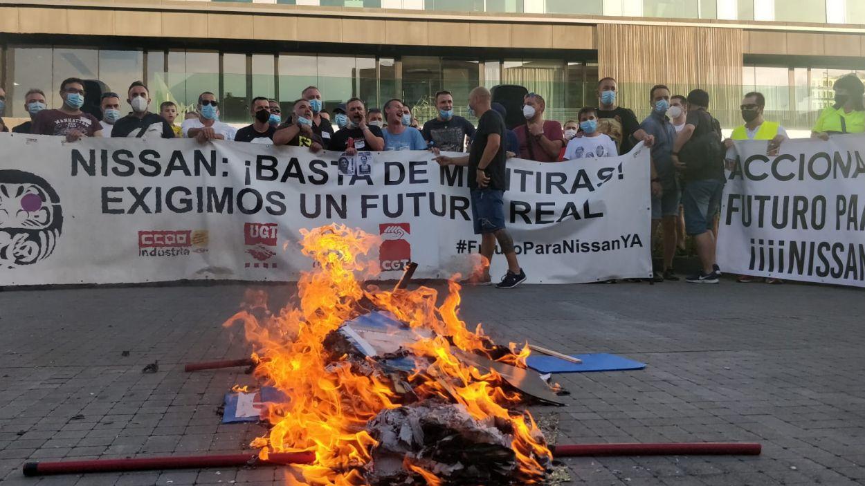Imatge dels manisfestants davant l'Ajuntament de la ciutat / Foto: Cugat Mèdia