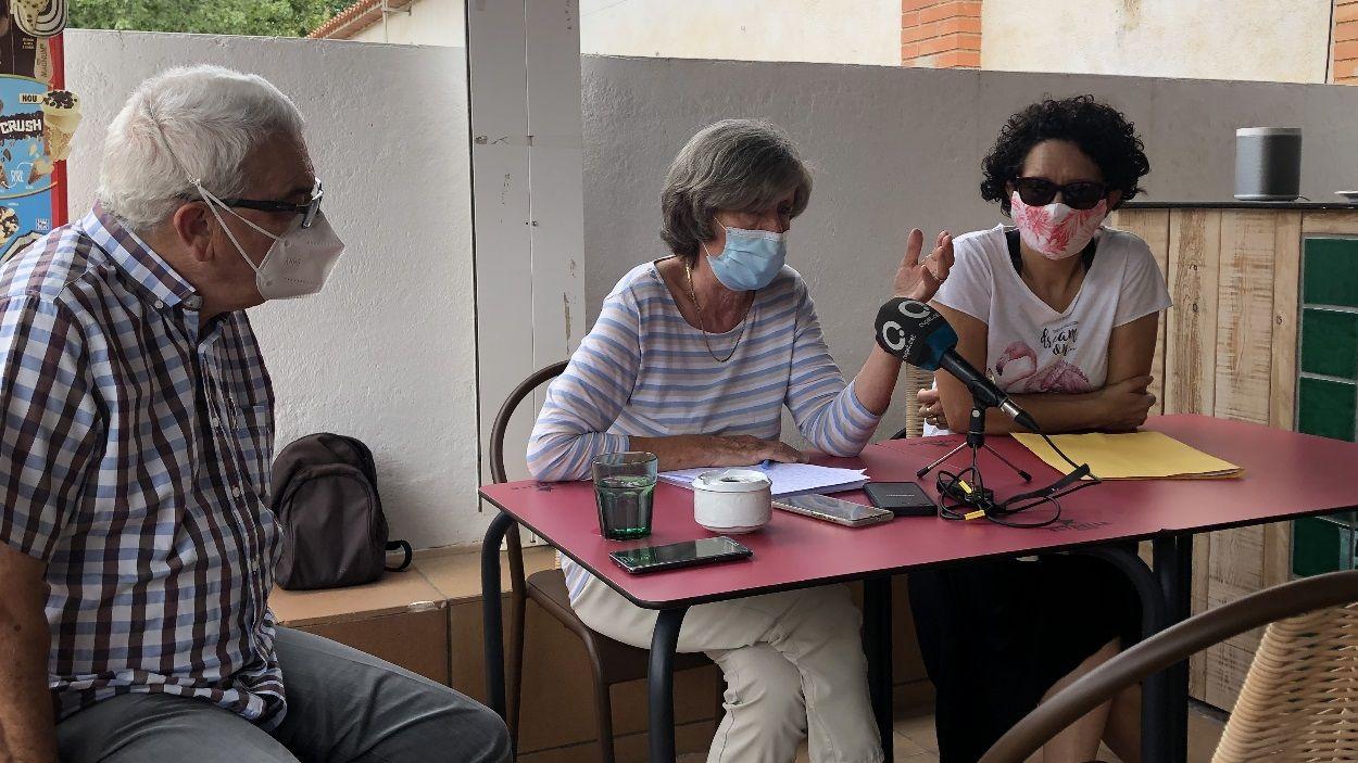 L'exvocal de l'EMD Pau Alonso i la presidenta i la secretària de l'AVVPV, Roser Casamitjana i Olga Lacoma / Foto: Cugat Mèdia