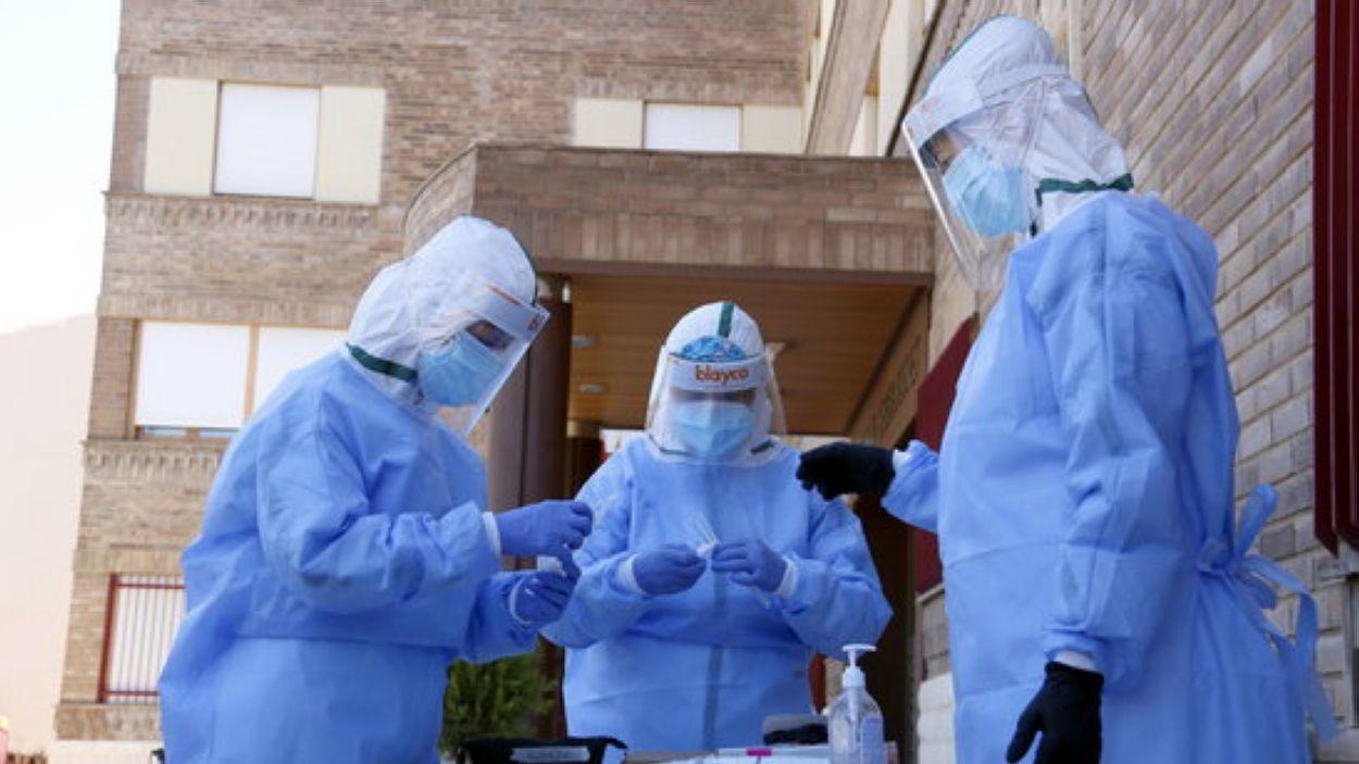 Un equip de santitaris recollint mostres per fer PCR / Foto: ACN