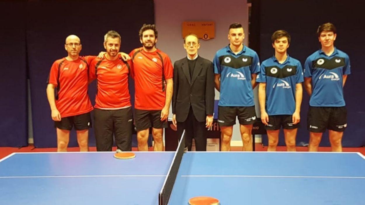 A l'esquerra, lels jugadors de la UESC amb samarreta vermella / Font: UESC