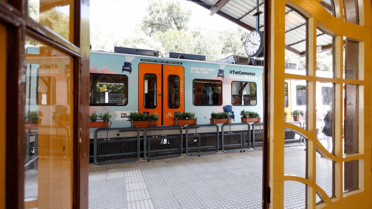 Imatge d'un dels trens amb motius de la diada de Sant Jordi / Foto: FGC