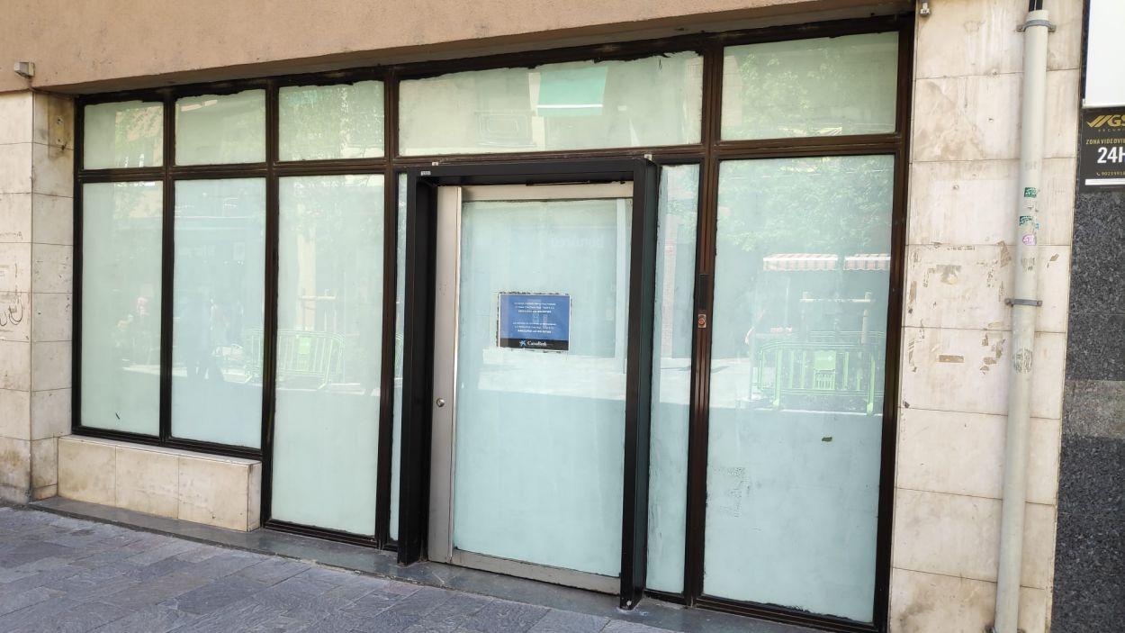 Exterior tancat de l'oficina de la Caixa a l'avinguda de Cerdanyola / Font: Cugat Mèdia