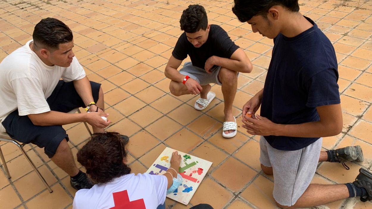 Els joves passen unes hores al centre santcugatenc / Foto: Creu Roja