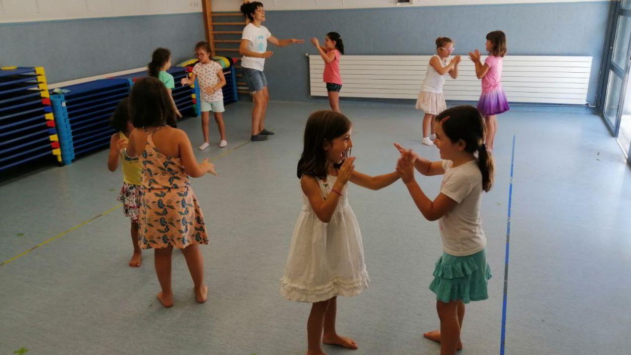 Dansa, manualitats i esport han protagonitzat l'oferta lúdica estiuenca / Foto: Cugat Mèdia