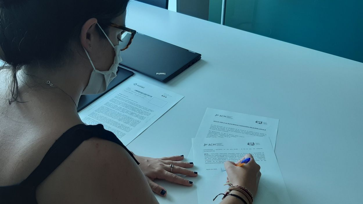 L'alcaldessa accidental Esther Madrona signant la moció / Foto: Ajuntament
