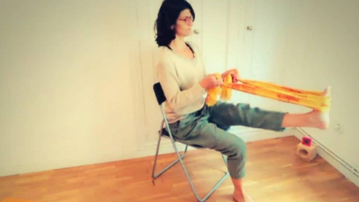 Mònica Mones en una sessió de ioga amb cadira / Foto: Cedida