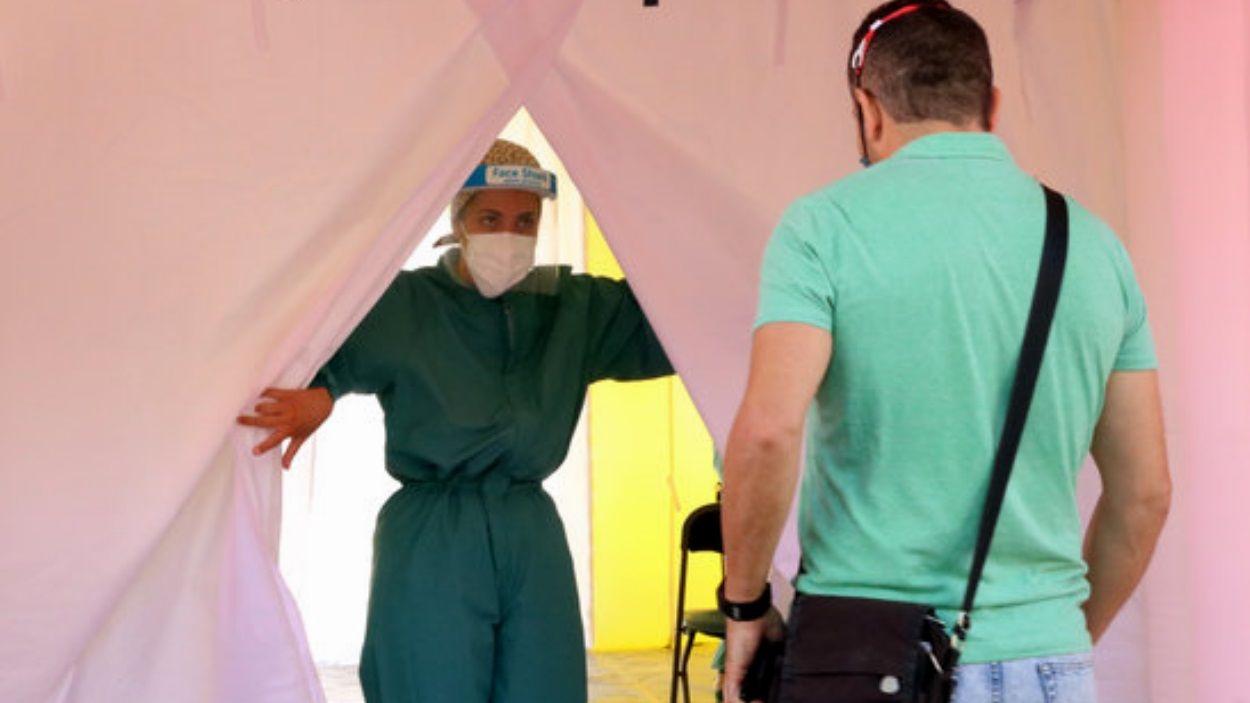 Una professional sanitària rep un pacient per fer-se una prova PCR / Foto: ACN