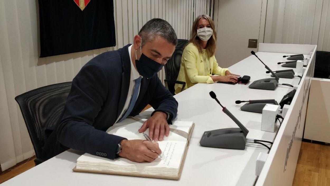El conseller Solé ha signat el llibre d'honor de l'Ajuntament de Sant Cugat / Foto: Cugat Mèdia