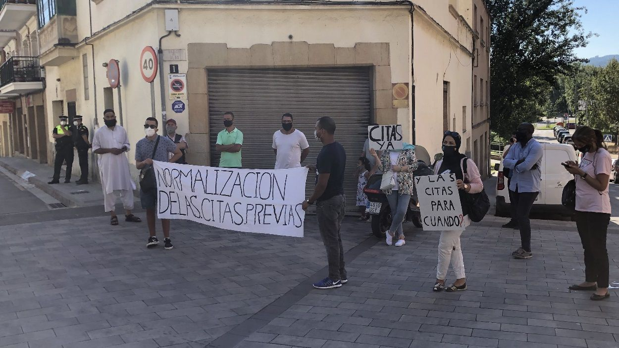 Un grup de manifestants davant de la comissaria de Policia de Sant Cugat / Foto: Cugat Mèdia