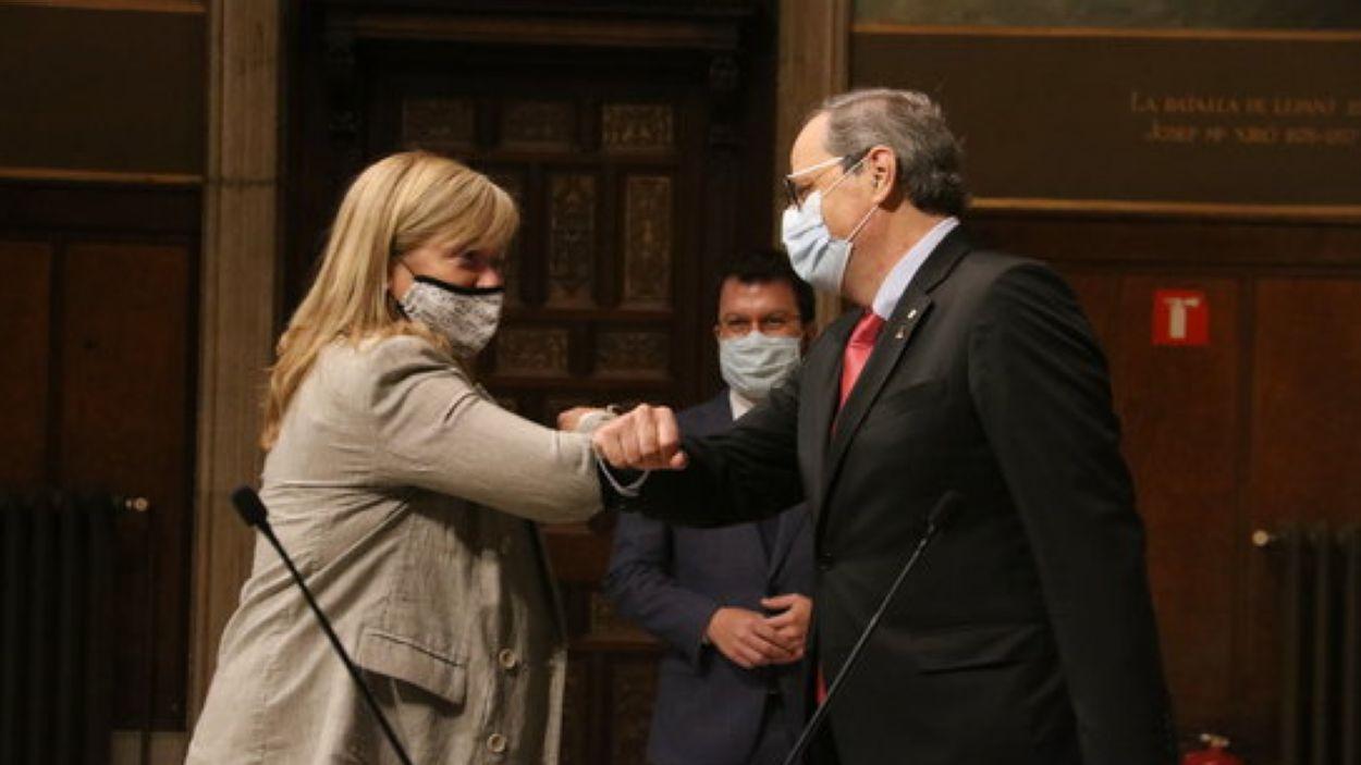 Àngels Ponsa saluda Quim Torra durant la presa de possessió / Foto: ACN