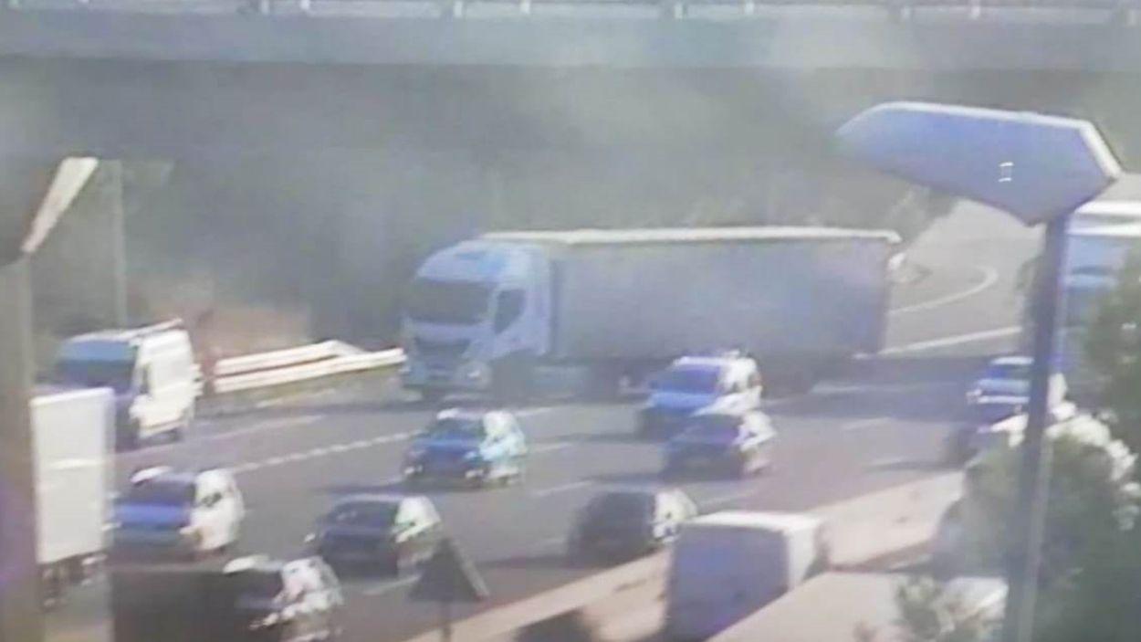 El camió ha quedat travessat a la incorporació de la C-58 a l'AP-7 a Bellaterra / Foto: Càmera de Trànsit