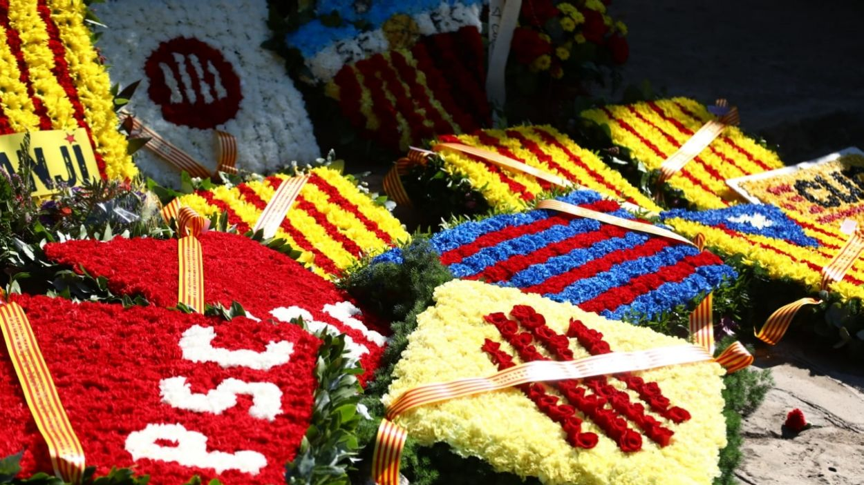 Les entitats de Sant Cugat han participat en la tradicional ofrena floral / Foto: Lali Puig