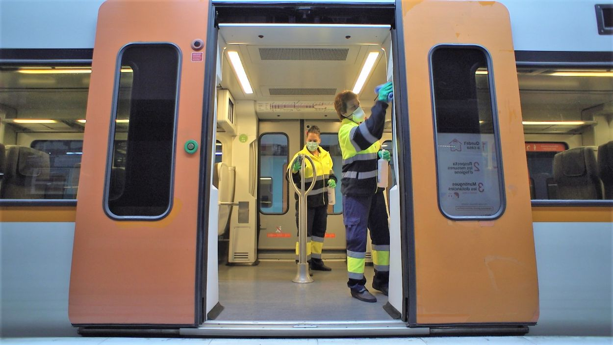 Desinfecció dels trens dels Ferrocarrils de la Generalitat de Catalunya / Font: FGC