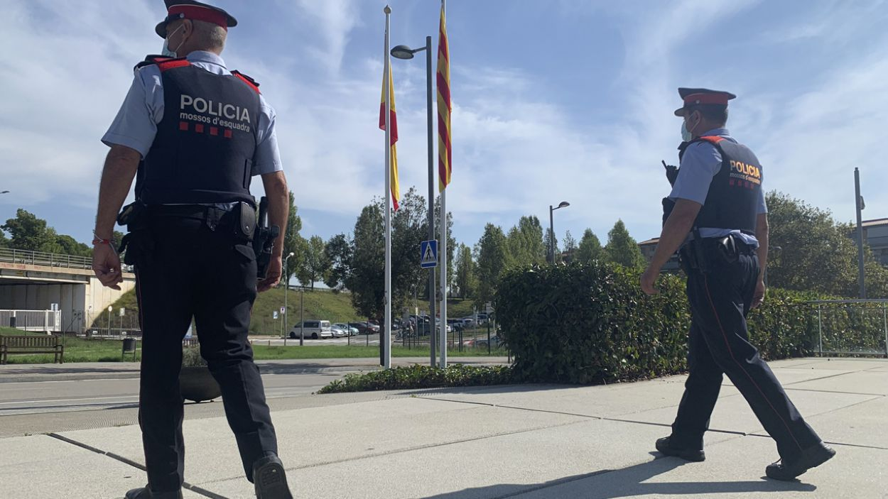 Imatge de dos agents a la comissaria de Sant Cugat / Foto: Cugat Mèdia (Lluís Llebot)
