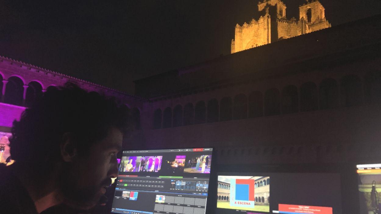 Un treballador de Cugat Mèdia, realitzant un dels concerts del 'Sant Cugat a Escena' de l'estiu / Foto: Cugat Mèdia