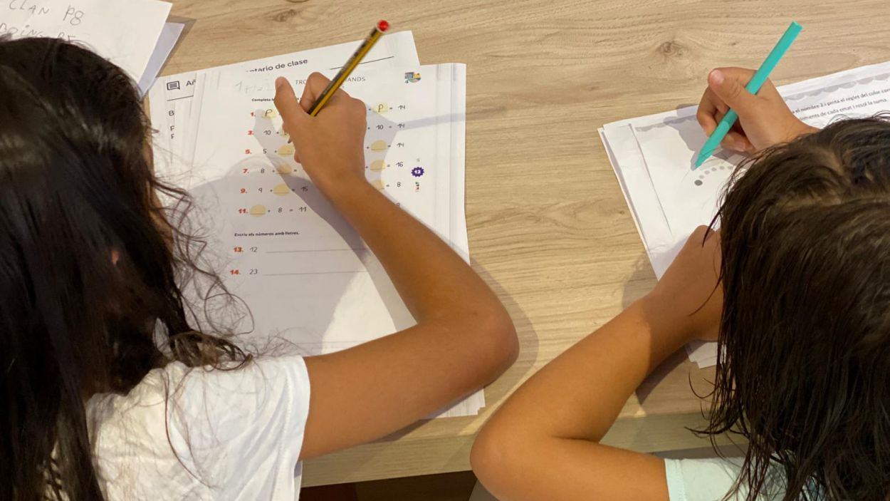 Les nenes han hagut de tornar a l'escola des de casa / Foto: Cedida