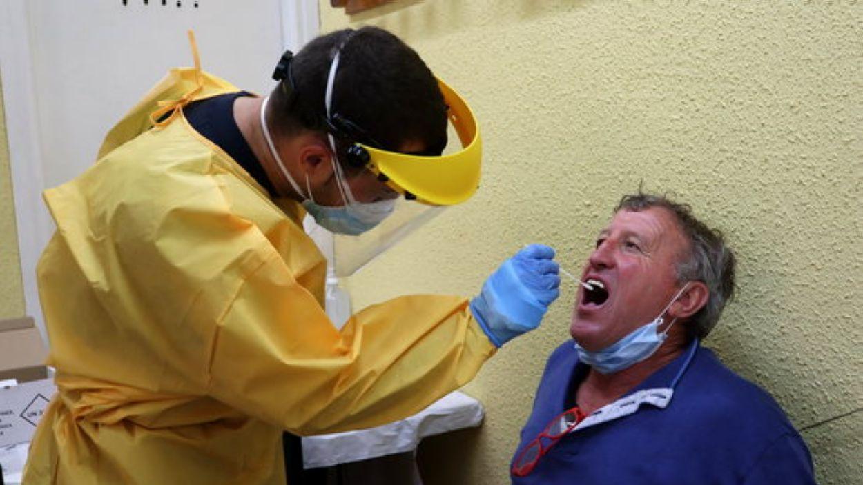 Una prova per detectar el virus a Sant Cugat. / Foto: Cedida