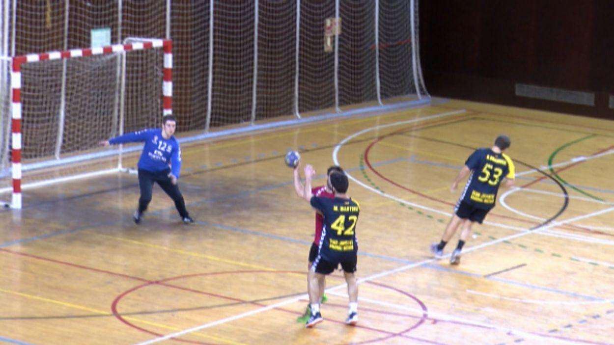 Imatge del partit entre l'Handbol Sant Cugat i el Mataró / Font: Cugat Mèdia