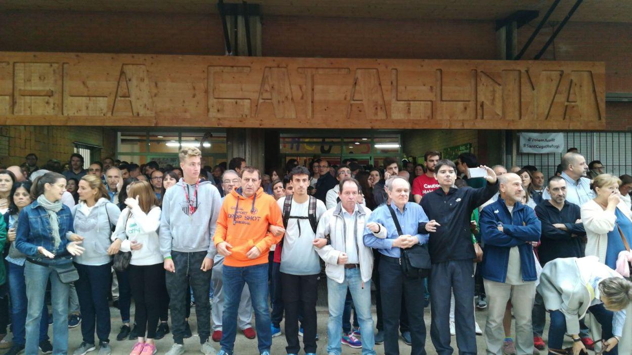 Barrera humana a l'escola Catalunya de Sant Cugat / Foto: Cugat Mèdia