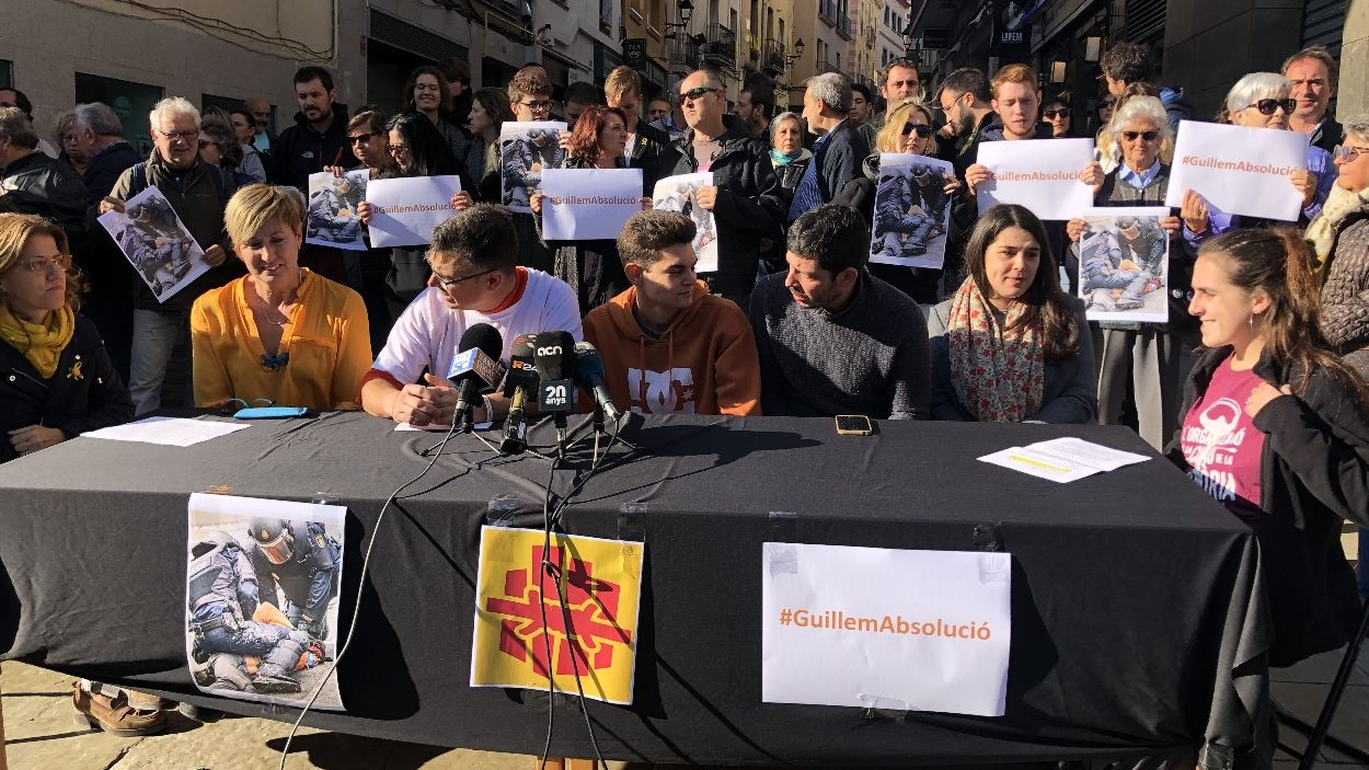 En Guillem, amb dessuadora taronja, al centre en una de les rodes de premsa fetes per explicat els fets de la seva detenció / Foto: Cugat Mèdia