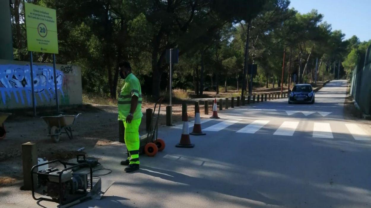 Los obres d'instal·lació de les pilones al camí de l'escola l'Avenç fa dues setmanes. / Foto: Cugat Mèdia