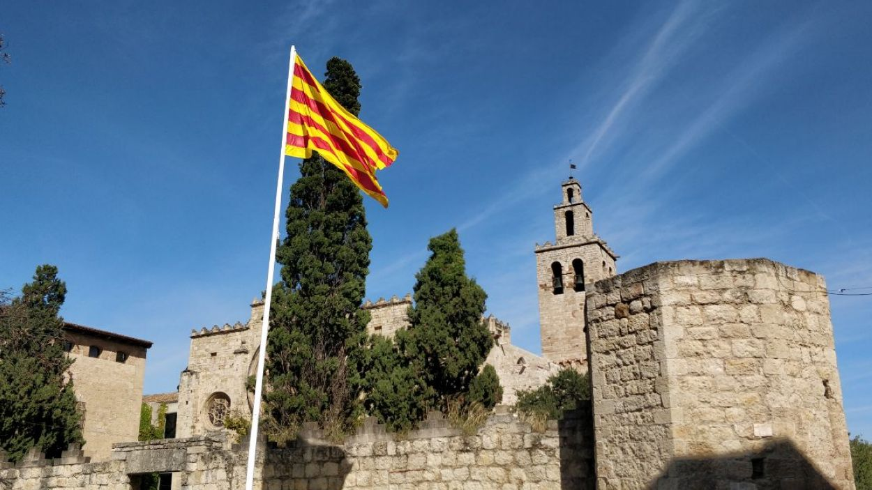 La senyera ja torna a estar al bell mig de Sant Cugat / Foto: Cugat Mèdia