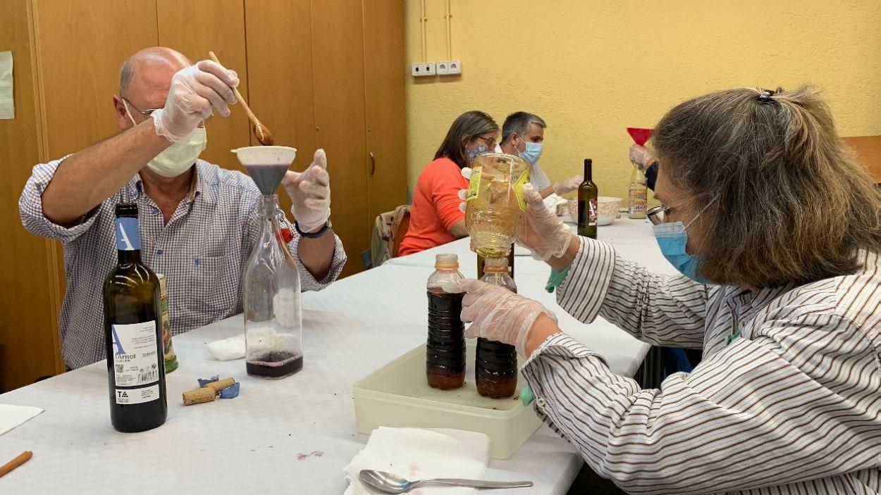 Els assistents al taller d'aquest dissabte han elaborat vi de piment / Foto: Cugat Mèdia