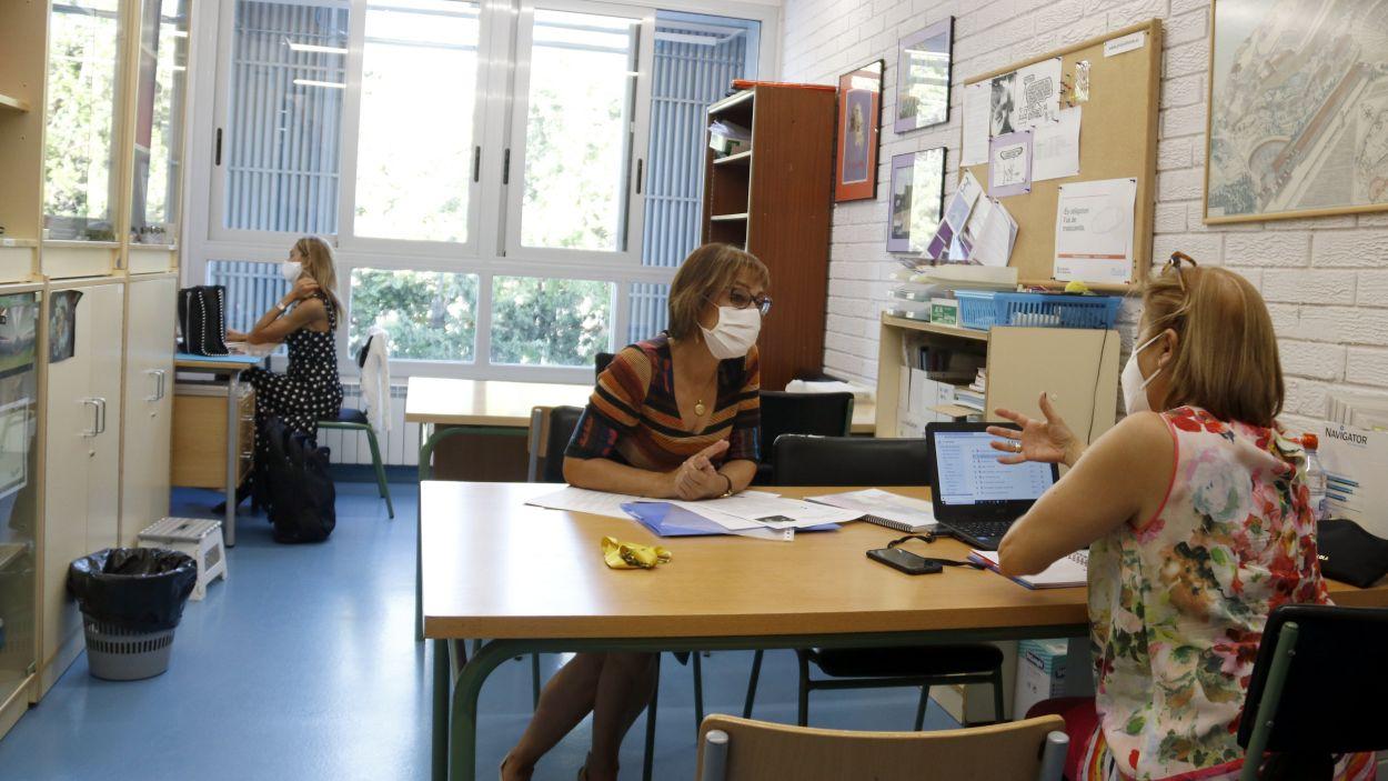 Professores d'un centre educatius treballant amb mascareta / Foto: ACN