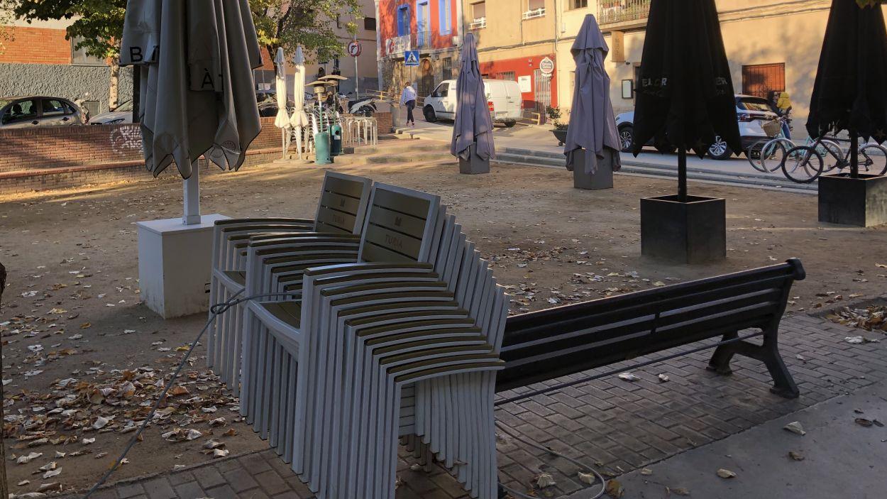 Cadires d'una terrassa d'un bar amuntegades / Foto: Cugat Mèdia