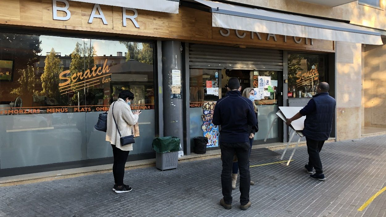 Clients fent cua per demanar l'esmorzar per emportar / Foto: Cugat Mèdia