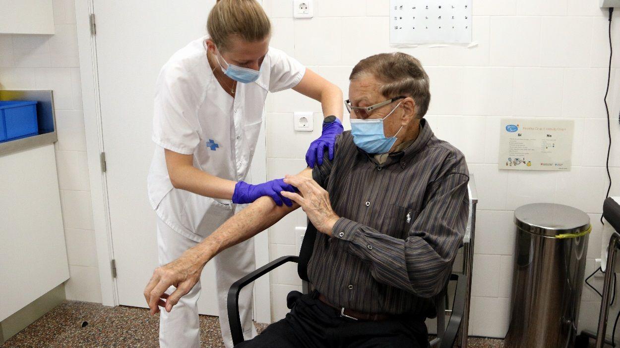 Un dels col·lectius més vulnerables que s'hauria de vacunar de la grip és el de majors de 60 anys / Foto: ACN
