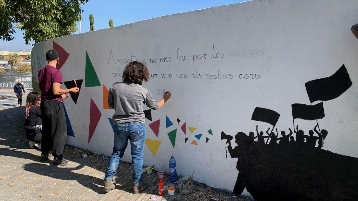 El col·lectiu de joves La Xesca ha pintat un mural / Foto: Cugat Mèdia