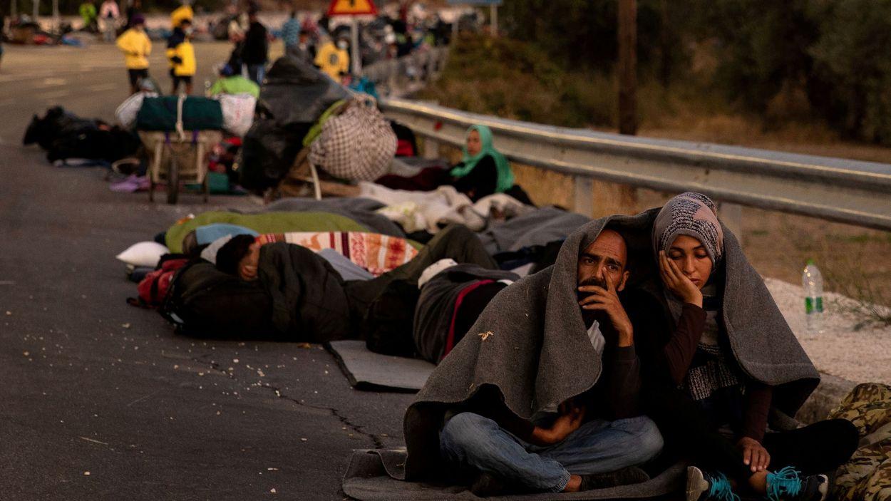 Un grup de persones acampa en una carretera després de l'incendi al camp de refugiats de Moria, a l'illa de Lesbos, a Grècia el 10 de setembre del 2020 / Foto: ACN (REUTERS/Alkis Konstantinidis)