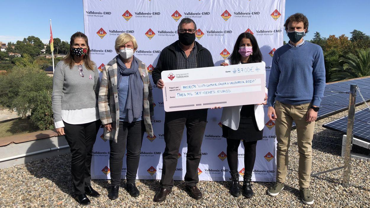 Acte d'entrega del xec de 3.700 euros recaptats a l'AECC / Foto: EMD