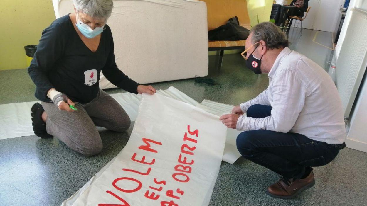 Els concentrats han elaborat pancartes / Foto: Cugat Mèdia