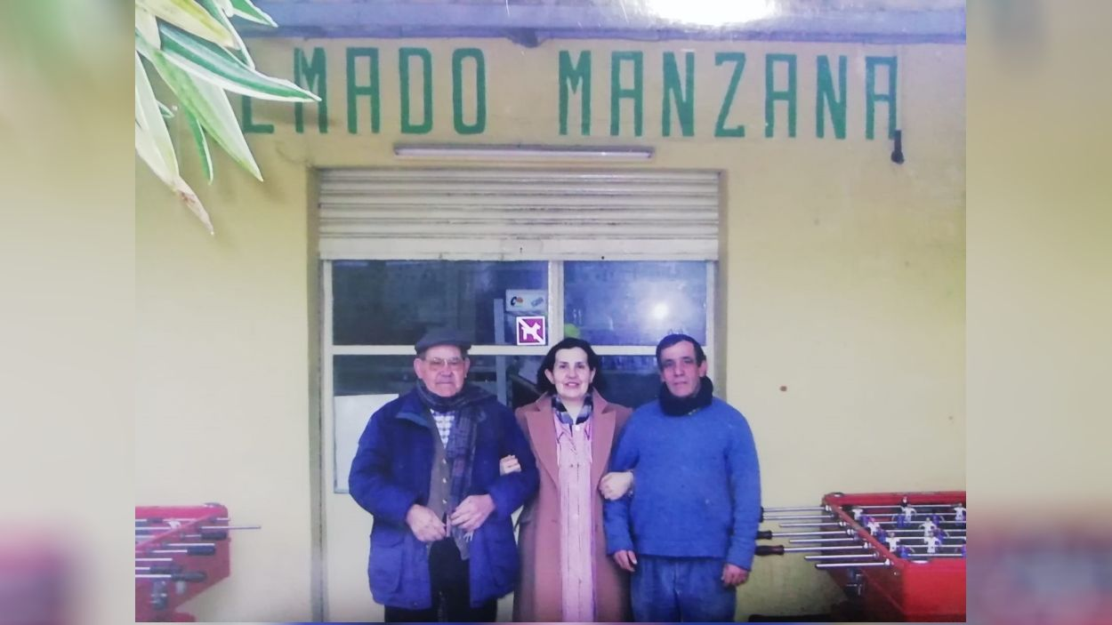 Maria Teresa Manzana, amb el seu pare, Clemente Luis, i el seu marit, Juan / Foto: Cedida