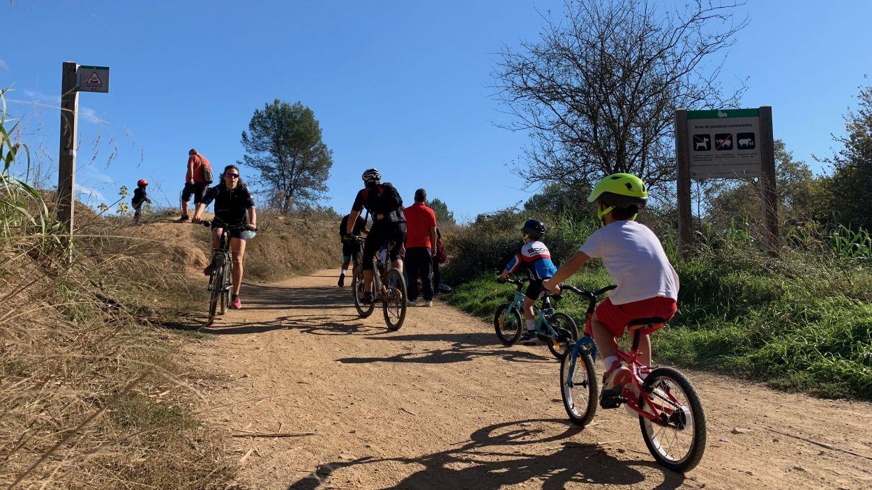 El camí de Can Borrell s'ha omplert de ciclistes i caminants / Foto: Cugat Mèdia