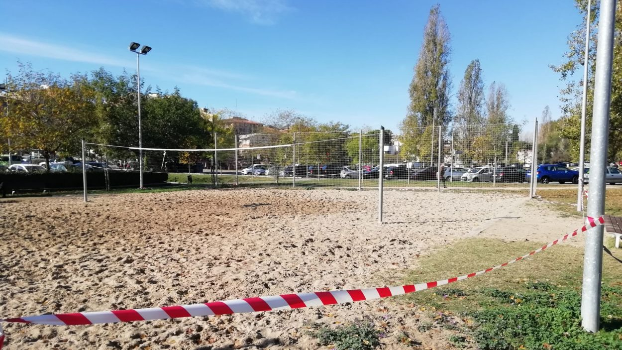 Precintades les zones esportives dels parcs infantils