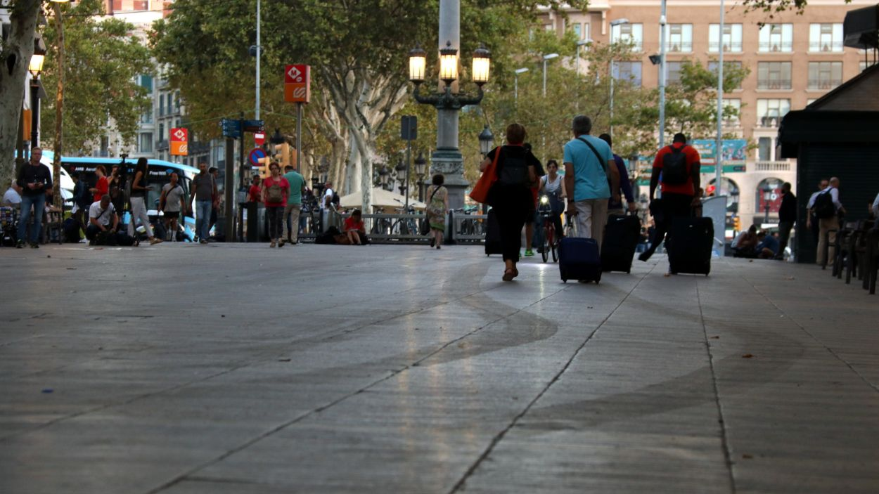 Pla general de les Rambles de Barcelona amb marques de les rodes de la furgoneta que va perpetrar l'atemptat / Foto: ACN