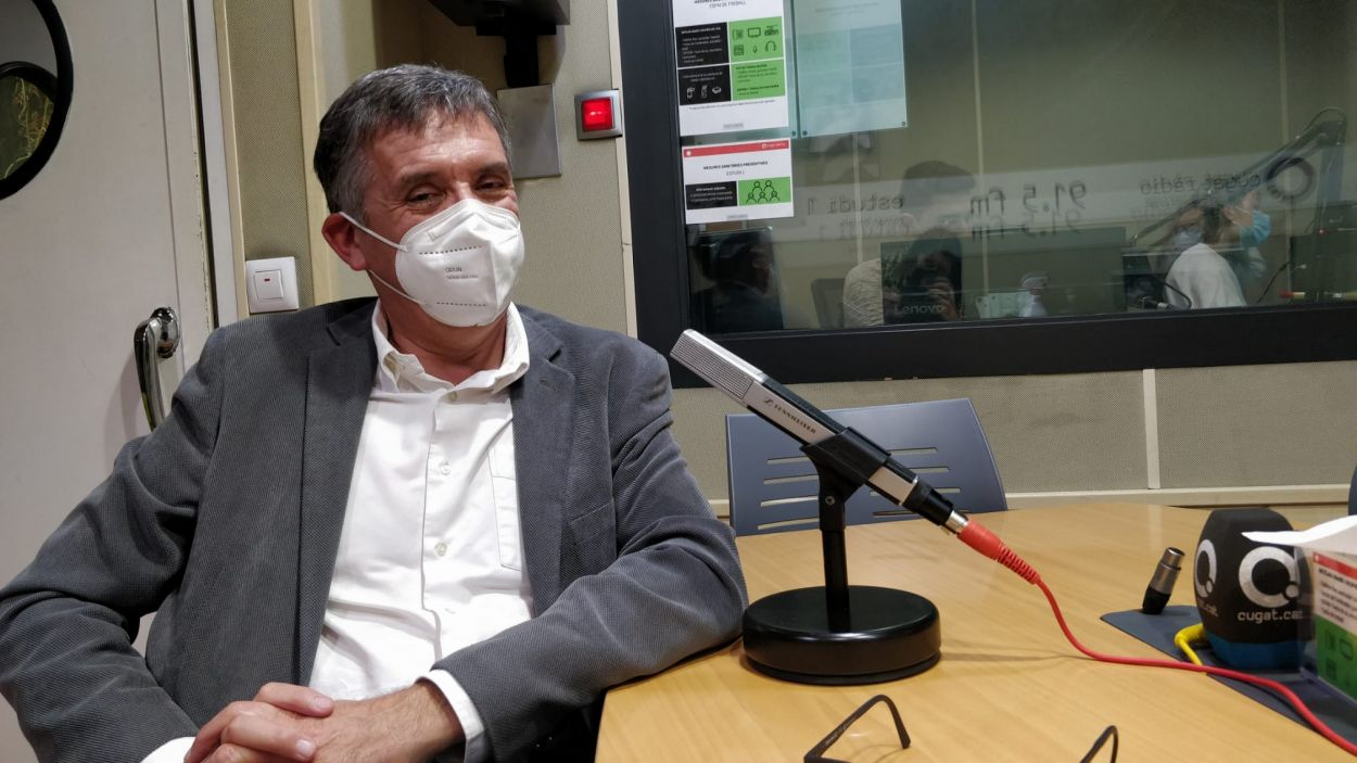 L'exalcalde Lluís Recoder als estudis de Ràdio Sant Cugat
