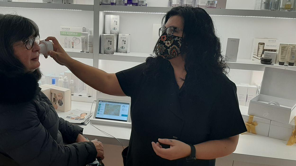 L'esteticien realitza un diagnòstic facial a una clienta/ Foto:Cugat Mèdia