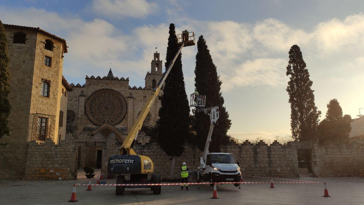 Moment de la instal·lació dels llums de Nadal / Foto: Cugat Mèdia