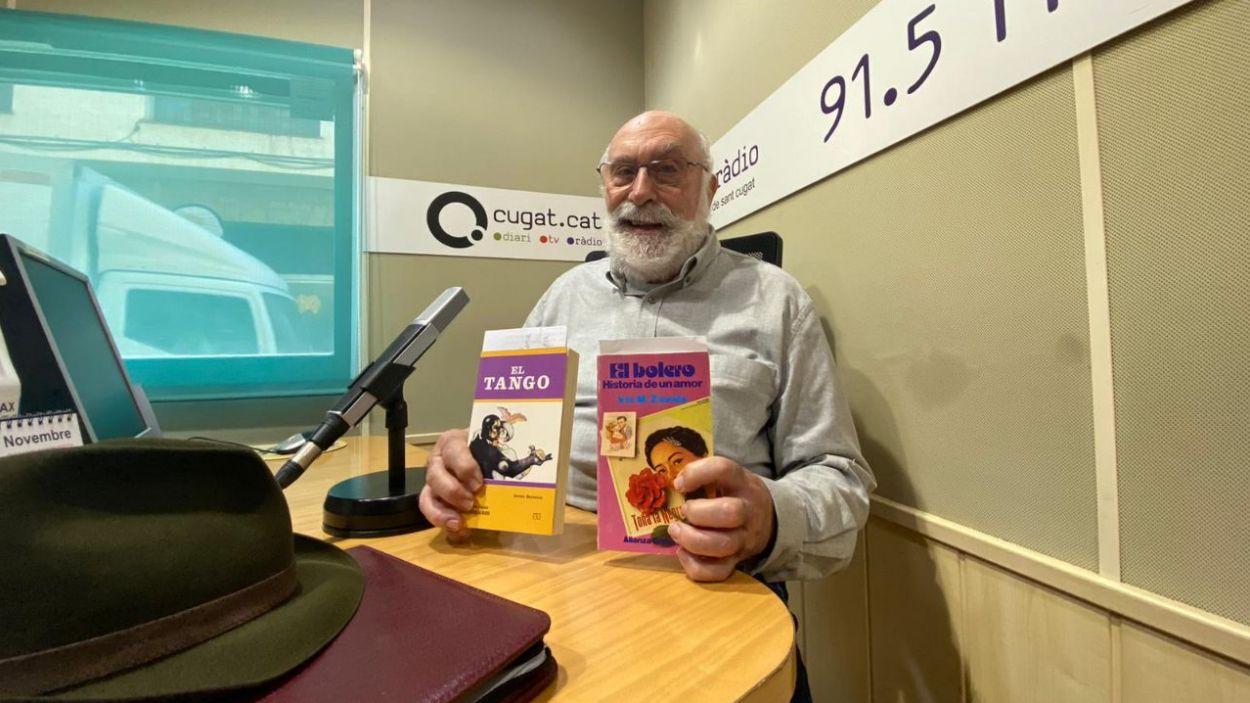 Eduard Jener amb els llibres 'Tango' i 'El Bolero' / Foto: Cugat Mèdia