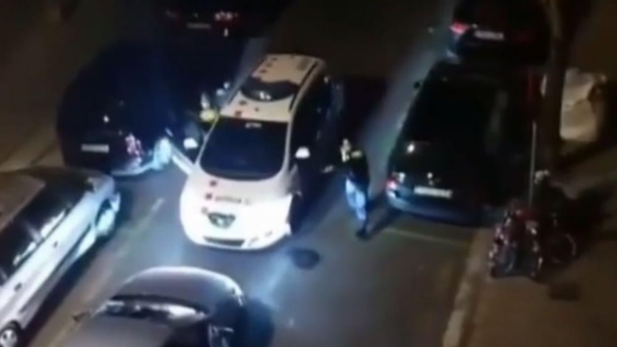 Captura del video en el que els Mossos enxampen dos lladres que robaven un estanc del passeig de la Torre Blanca / Foto: Instagram