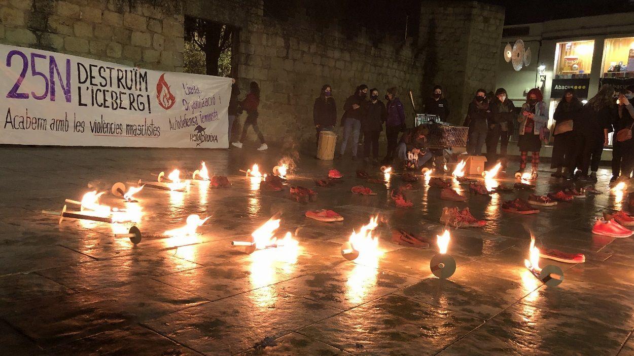 La manifestació ha acabat a la plaça d'Octavià amb una 'performance' amb sabates vermelles i torxes / Foto: Cugat Mèdia