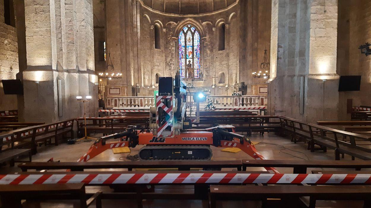 Una plataforma a l'interior del Monestir treballa en les obres al cimbori de l'església / Foto: Cugat Mèdia
