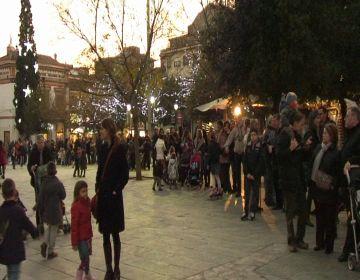 Centenars de nens i nenes lliuren la seva carta a l'ambaixador dels Reis d'Orient