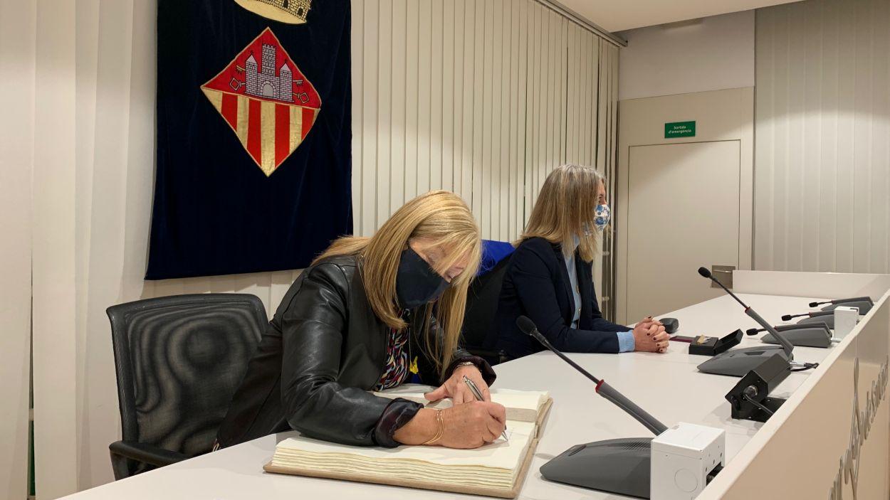 La consellera Àngels Ponsa ha signat el Llibre d'Honor de Sant Cugat /
