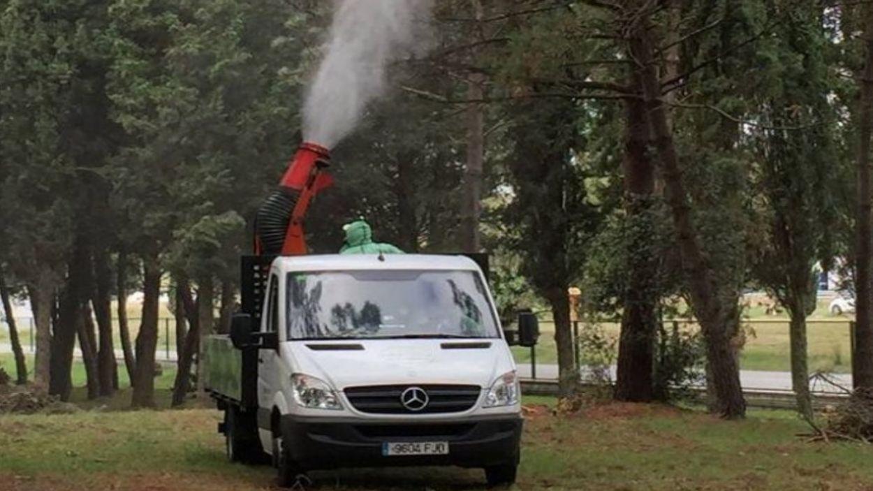 Imatge del camió per combatre l'eruga als pins / Foto: EMD Valldoreix